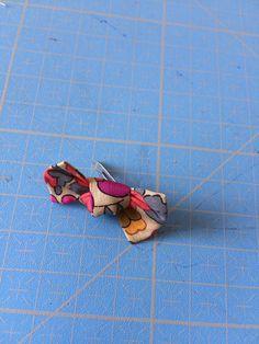 Taille mini 4x15 (biais possible) Taille grande 5,5x24 1/Avec du biais ou votre tisse, col aux extrémités 2/On replie vers le milieu 3/...
