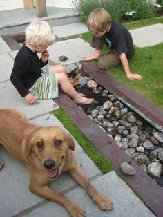 In een tuin moet ook wat te beleven zijn voor kinderen. Water, zand en stenen houdt ze urenlang bezig.  Pebble Rills - these can provide wonderfully safe, water-play opportunities for children in your garden - Smithemans Garden Design & Build - www.wimbledongardens.com