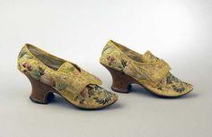 Wie kan er zonder schoenen? In de 18de eeuw droegen dames graag een fraai versierd paar: http://hart.amsterdammuseum.nl/98044/nl/modeblog-schoenen-van-zijde