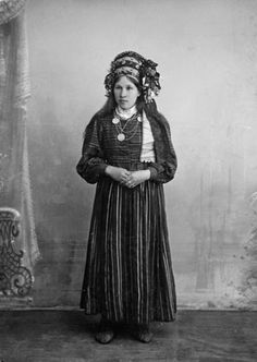 A bride from Jüri - On the western islands and in northwestern mainland the bride wear a special wreath, the 1890s. Photo by H. Tiidermann 1890.