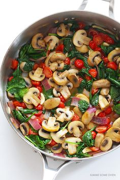 Pasta with Mushrooms Tomatoes and Spinach -- easy to make, and tossed with a delicious white wine garlic sauce Pastas Recipes, Easy Pasta Recipes, Healthy Dinner Recipes, Vegetarian Recipes, Cooking Recipes, Recipe Pasta, Cooking Tips, Pasta Facil, Mushrooms