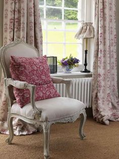 Find images and videos about decor and shabby chic on We Heart It - the app to get lost in what you love. India Rose, English Country Style, French Country, Pink Pillows, Cottage Interiors, Country Interiors, Shabby Vintage, Cottage Style, Cottage Chic