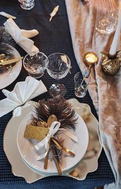 Varför inte använda dig av en spegel u New Years Eve Decorations, Wedding Decorations, Table Decorations, New Year Table, The Great Gatsby, Lets Celebrate, Cake Pops, Tablescapes, Table Settings