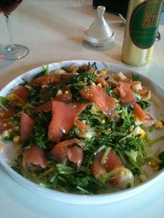Zalm, zeekraal, raapsteeltjes, eitjes van eigen kip en een ferme scheut olijfolie, meer is het niet. Eet smakelijk!