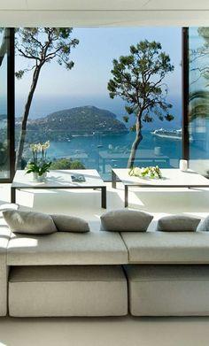 Vue sur la Méditerranée à couper le souffle depuis le salon d'une villa dans la baie de Villefranche sur Mer sur la côte d'Azur