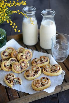 On connait tous ces petits biscuits en forme de coeur à l'aspect feuilleté, appelé «Palmito» ? Voici une version maison et gourmande, déclinable à l'infini selon vos envies. On a choisi des saveurs réconfortantes comme les amandes, le chocolat et la noix de coco. Vous nous en direz des nouvelles Ingrédients pour +/- 10 palmiers …