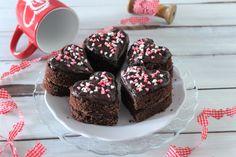 I cuori di pan di spagna con ganache al cioccolato fondente sono ideali per tantissime occasioni, per San Valentino o per stupire semplicemente il proprio lui o la propria lei. Ecco la ricetta