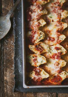 Coquilles géantes farcies au poulet, épinards & fromage. Le zeste de citron dans la farce rends la recette spéciale et délicieuse!