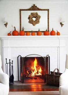 manteau de cheminée, décoration avec citrouilles oranges sur le manteau blanc