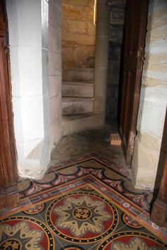 Rennes-le-Château. Interno della torre Magdala. Qui il parroco Saunière teneva la sua biblioteca. Pavimento con piastrelle a disegni geometrici.