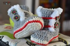 Bottines+style+Bas+de+laine Knitting For Kids, Crochet For Kids, Loom Knitting, Knitting Projects, Baby Knitting, Knitting Patterns, Crochet Boot Socks, Crochet Baby Boots, Knit Crochet