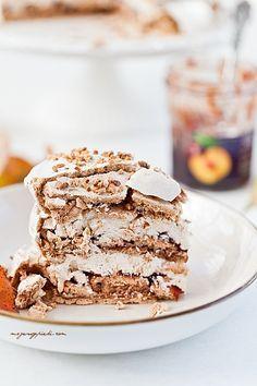 Cinnamon meringue cake with plum jam and walnuts Easy Cake Recipes, Sweet Recipes, Dessert Recipes, Meringue Cake, Pavlova, Other Recipes, Let Them Eat Cake, Chocolate Recipes, Food To Make