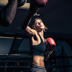 This full body workout offers equal parts toning, anger management, and stress relief—not to mention, it's the chosen sport of Victoria's Secret models Muay Thai, Fitness Goals, Fitness Tips, Fitness Motivation, Boxe Fitness, Fitness Inspiration, Boxing Girl, Boxing Boxing, Title Boxing
