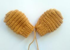 De superbes gants pour que bébé nest pas froid ! Bonnet Crochet, Crochet Baby, Knit Crochet, Knitted Booties, Knitted Hats, Tricot Baby, Bebe Baby, Baby Box, Gifts For Photographers