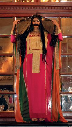Traditional dress of the United Arab Emirates. A similar to those worn in much of the Arabian Gulf. Traditional Fashion, Traditional Dresses, Mehndi Design Pictures, Arabic Dress, Beautiful Muslim Women, Arab Fashion, Turkish Beauty, Fashion Design Sketches, Oriental Fashion