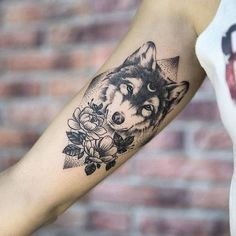 tatuaje lobo antebrazo con flores