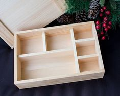 Solid pine box with compartments Wood Shop Projects, Diy Home Decor Projects, Craft Projects, Projects To Try, Stall Display, Desk Organization Diy, Hamper Basket, Wine Gift Baskets, Love Design