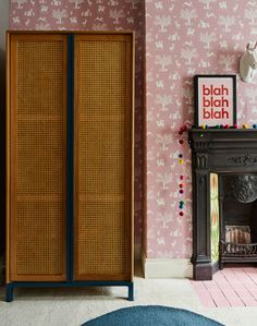 Pink patterned wallpaper in a bedroom with a rattan wardrobe and Victorian fireplace. Wardrobe Furniture, Wardrobe Doors, Built In Wardrobe, Double Wardrobe, Pink Wallpaper Bedroom, Wallpaper Decor, Closet Bedroom, Home Bedroom, Bedroom Decor