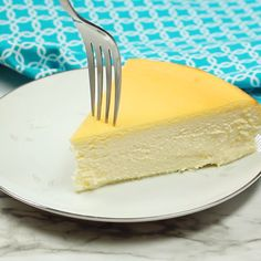 This Fluffy Crustless Cheesecake is loved by people all over the world! Its the best cheesecake ever and it happens to be gluten free! The post Fluffy Crustless Cheesecake appeared first on Dessert Platinum. Crustless Cheesecake Recipe, Gluten Free Cheesecake, Best Cheesecake, Easy Cheesecake Recipes, Chocolate Cheesecake, Dessert Recipes, Desserts, Fluffy Cheesecake, Classic Cheesecake