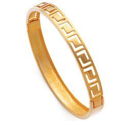 Brazalete calado diseño greca, gold filled. Cierre bisagra. Dimensiones: 54mm x 59mm / talla pequeña (para una muñeca de 14-16,5mm aproximadamente), ancho 7mm, peso 12,6gr.