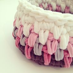 Trapillo T-shirt yarn basket || By OsaEinaim סלסלה מחוטי טריקו || עושה עיניים http://slowknit.wordpress.com