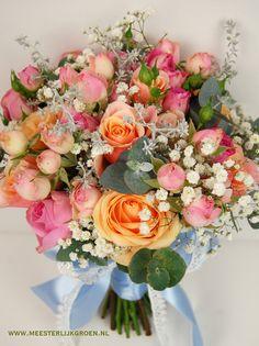 Romantisch bruidsboeket, hand gebonden in roze, oranje, wit afgewerkt met lichtblauw lint en kant - diverse rozen, gipskruid, eucalyptus. www.meesterlijkgroen.nl