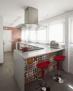 Materiais rústicos e design atemporal no apartamento do executivo