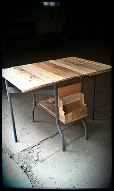 table d'appoint pliante, pied métal gris mat 135$ #diy #palet #palette #bois #wood #woodwork #atelier #studio #Montréal #tools #outils