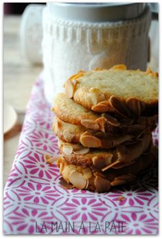 Shortbread with almonds and fresh cheese