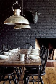 mur en brique noir - black brick wall in the dining-room Black Brick Wall, Black Walls, Black Rooms, Black Brick Fireplace, Grey Brick, Fireplace Wall, Dining Room Design, Dining Area, Design Kitchen