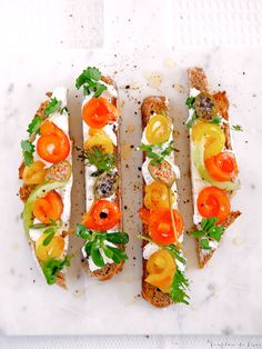 Tartines mit hausgemachtem Ziegenfrischkäse, gerösteter Paprika, Kapern und Kräutern   Confiture de Vivre
