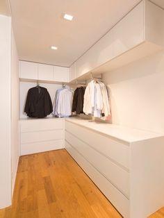 クローゼット/収納 095 HOUSE B メンズ - ウォークイン - 狭い 高級住宅建築 インテリア実例