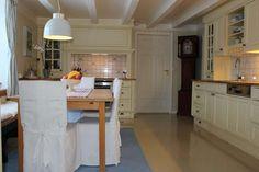 Kjøkken i klassisk landstil. Decor, Furniture, Home, Table, Kitchen