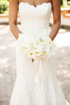 that dress & bouquet!