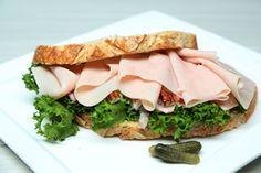 Deliciosos sandwich gourmet con pechuga de pavo, prepáralo y cambia de rutina con esta deliciosa receta, te encantará.