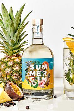 Die leichte Brise an heißen Tagen. Die fruchtige Erfrischung auf jeder Sommerparty. Der Hauch Exotik für Zuhause. Dieser Tropical Gin ist alles, was man diesen Sommer braucht. Edle Botanicals, verfeinert mit saftiger Orange, erfrischender Maracuja und gekrönt mit fruchtiger Ananas. Let the summer begin! #sommer #gintonic #mix #ananas #maracuja #orange #mixgetränk #alkohol #spirituosen Tonic Water, Summer, Cocktails, Tropical, Wine, Orange, Bottle, Food, Pineapple