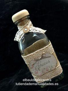 Botella de whisky decorada con puntillas, botones, lazos y tarjeta de scrap de la firma Dayka trade.