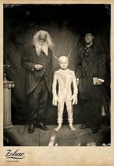 bizarre black and white Vintage Bizarre, Creepy Vintage, Vintage Halloween, Funny Vintage, Vintage Horror, Images Terrifiantes, Art Zen, Black White Photos, Black And White