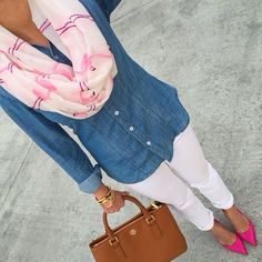 LOVE this outfit with chambray shirt, white jeans, bracelets, gold watch, purse and pink flat! Looks Camisa Jeans, Outfits Con Camisa, Outfit Chic, Pink Shoes Outfit, Outfit With White Pants, White Pants Outfit Spring Work, Summer Outfit, Stylish Petite, Vetement Fashion