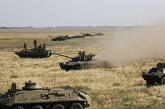 tanques de Ucrania y vehículos blindados se mueven hacia la frontera de facto con Crimea zona de Southern ...