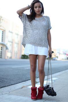 Tenue sneakers + pull large troué sur petite robe blanche