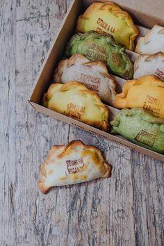 ¡Muns, las empanadas que triunfan en Barcelona, abren dos tiendas en Madrid! Menue Design, Food Truck Menu, Café Bar, Cooking Recipes, Healthy Recipes, Food Packaging Design, Food Platters, Cafe Food, Easy Healthy Breakfast