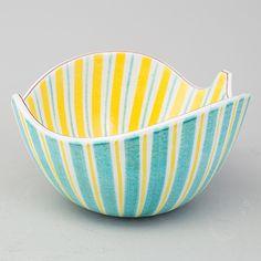 Skål i fajans, lövformad av Stig Lindberg (liknande denna bild) Ceramic Tableware, Ceramic Bowls, Ceramic Pottery, Pottery Art, Pottery Painting, Ceramic Painting, Ceramic Art, Nordic Design, Scandinavian Design