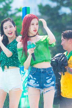 Chanbaek (Simsen) - Byun Baekhyun prevents girls from approaching Chanyeole Park at school. Yg Entertainment, South Korean Girls, Korean Girl Groups, Jenny Kim, Rose Bonbon, Jennie Lisa, Blackpink Photos, Park Chaeyoung, Blackpink Jisoo