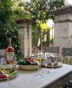 In the south of France, the French are experts of l'art de vivre. They are able to make the everyday life beautiful with carefully selected décor. Outdoor Dining, Outdoor Spaces, Outdoor Decor, French Interior Design, French Interiors, Wine Table, In Vino Veritas, French Countryside, Al Fresco Dining
