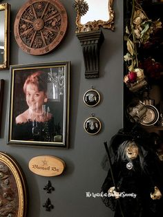 Victorian Cameos with a dark twist Victorian Gothic Decor, Victorian Frame, Dark Interiors, Halloween Pictures, Decorative Cushions, How To Take Photos, Frames On Wall, Wall Ideas, Room Ideas