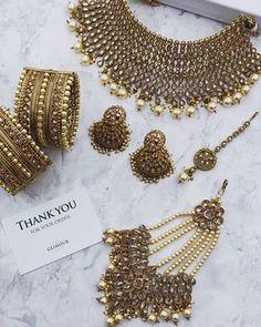 bridal jewelry for the radiant bride Kundan Jewellery Set, Indian Jewelry Earrings, Fancy Jewellery, Tika Jewelry, Diamond Jewellery, Antique Jewellery Designs, Jewelry Design, Wedding Jewellery Inspiration, Bridal Necklace Set