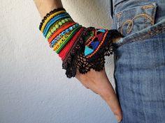 FreeForm häkeln Manschette - bunte Perlen Armband mit gehäkelten Blumen und Spitze schwarz häkeln