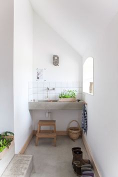 Small bathroom decor ideas for saving space, organizing, and decorating your bathroom. Explore bathroom decorating tips, inspiration, and photos to transform your small bathroom into a bathing oasis. Bad Inspiration, Bathroom Inspiration, Interior Inspiration, Concrete Bathroom, Bathroom Countertops, Concrete Sink, White Concrete, Concrete Floor, White Wood