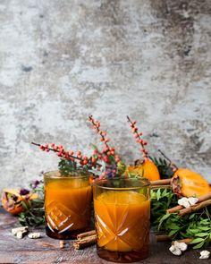 Yllätä glögillä, joka hurmaa niin maullaan kuin värillään Cold Drinks, Alcoholic Drinks, Moscow Mule Mugs, Berries, Wine, Eat, Tableware, Glass, Christmas
